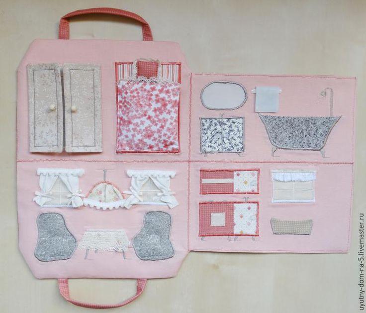 Сегодня я хочу предложить вашему вниманию мастер-класс по шитью сумочки-домика для девочки. Как-то несколько лет назад, будучи на отдыхе в Австрии, мы ехали в местном поезде. Рядом с нами сидела девочка, которая, зайдя в поезд тут же положила на столик сумочку ярко-розового цвета. Мне сразу эта сумочка показалась необычной. А когда она ее развернула — да-да, развернула, а не открыла, — она превр…