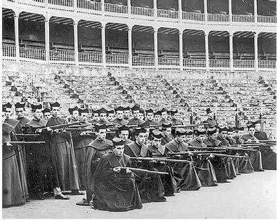 La Iglesia católica bendijo el levantamiento franquista y paseó bajo palio a los responsables de la muerte por fusilamiento de luchadores antifascistas que fueron enterrados en fosas comunes que aún no han sido encontradas (entre ellos sacerdotes católicos vascos).