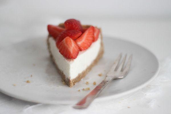 Lækker, let og luftig version af den evig populære cheesecake. Med skyr frem for creme fraiche/fløde, citronstrejf og vaniljeprikker en masse. Kagen er ubagt og uden husblas. Lige sådan, som jeg aller