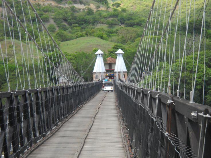 El puente de Occidente, denominado así por estar localizado en el Occidente antioqueño, es un puente colgante colombiano que comunica los municipios de Olaya y Santa Fe de Antioquia, al oriente y occidente del Río Cauca, respectivamente. En su momento fue considerado el séptimo puente colgante más importante en todo el mundo. www.medellintrip.com