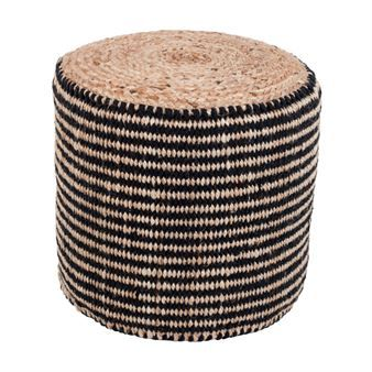 Addera en extra sittplats till ditt vardagsrum med Rand sittpuff från Dixie. Den sköna puffen är tillverkad i jute och bomull med en minimalistisk design och stilrent randigt mönster i svart och beige. Matcha sittpuffen tillsammans med andra populära inredningsdetaljer från Dixie för en komplett look!