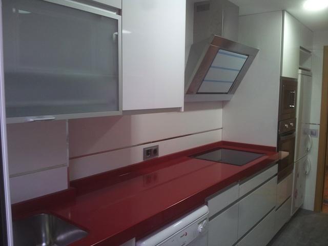 Cocina blanco alto brillo con encimera de silestone rojo - Cocinas blanco brillo ...