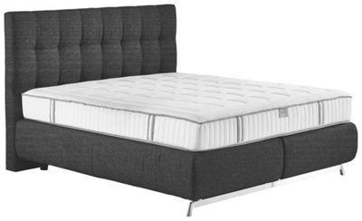 Dieses luxuriöse Boxspringbett von JOOP! sorgt für einen wohltuenden und entspannten Schlaf. Die ausgesprochen bequeme Matratze mit hochwertigem Tonnenfederkern verwöhnt Sie mit einem unvergleichlichen Liegegefühl und bringt Sie komfortabel ins Schlummerland. Auch die Optik weiß bei diesem Boxspringbett zu gefallen: Die Eleganz des Designs aus dem Hause JOOP! mit hohem Kopfteil in edlem Schwarz ist eine Zierde für moderne Wohnkonzepte. Dank der großzügigen Liegefläche von ca. 180 x 200 cm…