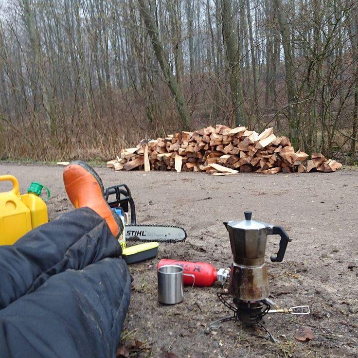 Træfældning og brændekløvning  giver velfortjente pauser #pause #marienlundskoven #brændehugning #brænde #kaffe #msr #motorsav