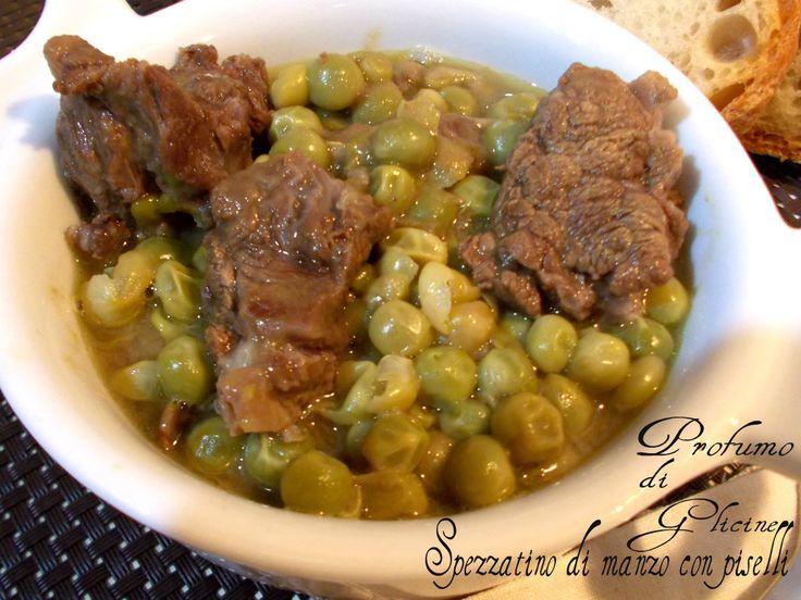 Lo spezzatino di manzo con piselli è un tipico piatto italiano, carne di manzo tagliata a pezzi e cucinata in umido con teneri pisellini di stagione.