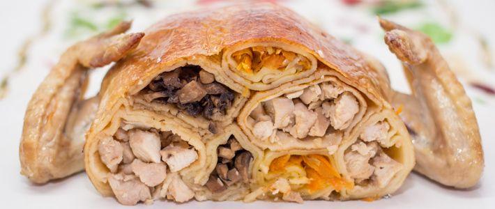 Из курицы можно приготовить огромное разнообразие блюд: ее можно жарить, тушить, запекать, делать шашлыки, варить бульон и различные супчики. Готовить с овощами, грибами и зеленью. А можно фаршировать самыми различными начинками.  Сегодня я вам предлагаю посмотреть подборку не просто фаршированной курицы, а курицы, фаршированной блинами.