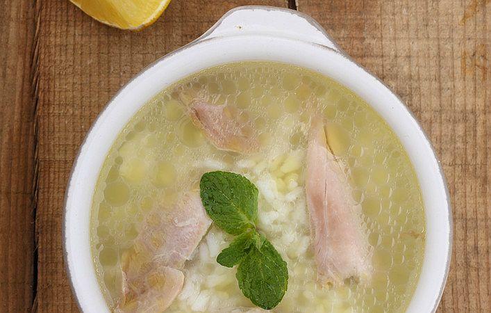 Tavuk suyuna çorba olarak da bilinen tavuk suyu çorbası tarifi, pratik bir şekilde hazırlanan tam bir vitamin deposu.