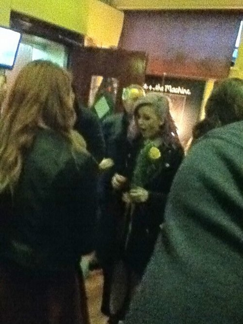 A little boy proposed to Perrie last night with flowers. TOO CUTE! Zayn, you have competition. Haha