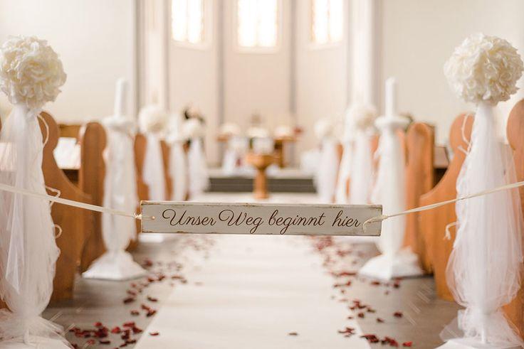 Unser Weg beginn hier - Holz-Schild als Dekoration in der Kirche. Foto: http://weddings.lauramoellemann.de