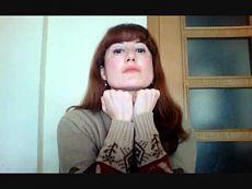 """Упражнения против двойного подбородка и брылей. - Сюзанна Дакидисса (с русским переводом).  Эффективные и простые упражнения для упругости шеи, уменьшения двойного подбородка. Помогают избежать провисание контуров лица, т.н. """"брылей"""".  Акцент упражнений - создание сопротивления и натяжение. На пике напряжения сделать задержку.  Повторять комфортное количество раз."""
