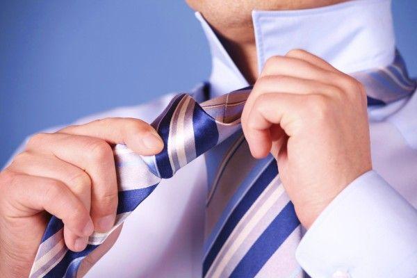 """David Nieven, celebre attore britannico, esclamò: """"ditemi che ho sbagliato una battuta, ma non che ho sbagliato cravatta"""". Secoli di storia fanno da sfondo all'uso di un accessorio maschile partico..."""