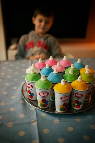 Spuitbus traktatie graffiti feestje. Kartonnen bekertje, met cupcake.  Groot succes!