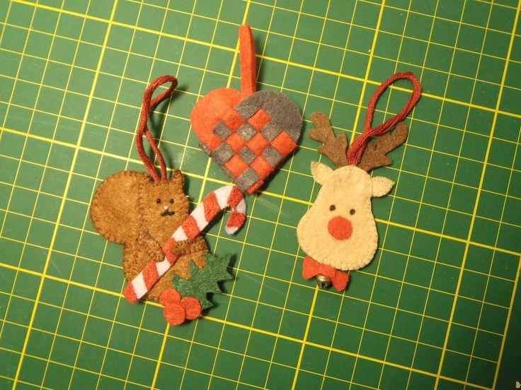 Felt christmas ornaments. Julepynt av brodert filt. Ide funnet på Pintrest.