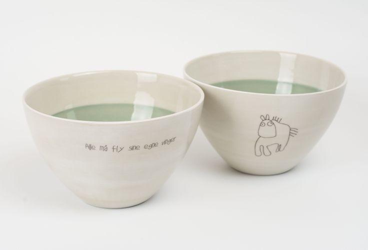 Medium bolle: 325,- Farge: Støvgrønn    Tegning: Hest Tekst: Alle må fly sine egne vinger