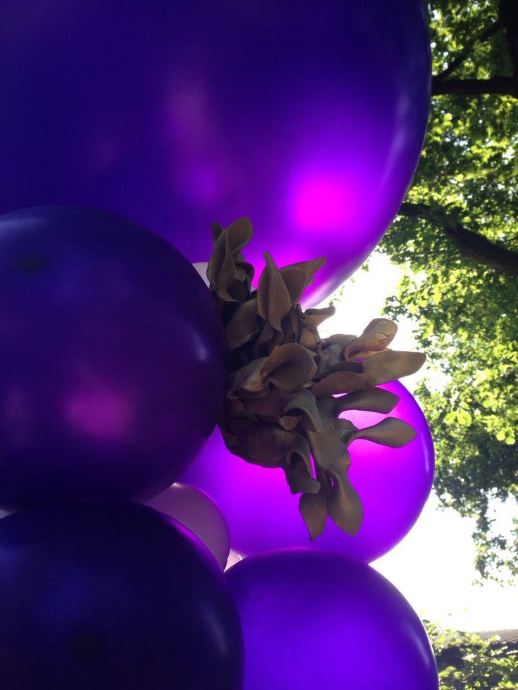 Paarse ballonnen met gouden accessoires www.toverballon.nl