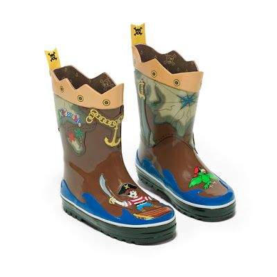 These Kidorable Pirate rain boots are made from natural rubber and feature a FUN  printed cotton lining and non-slip sole.