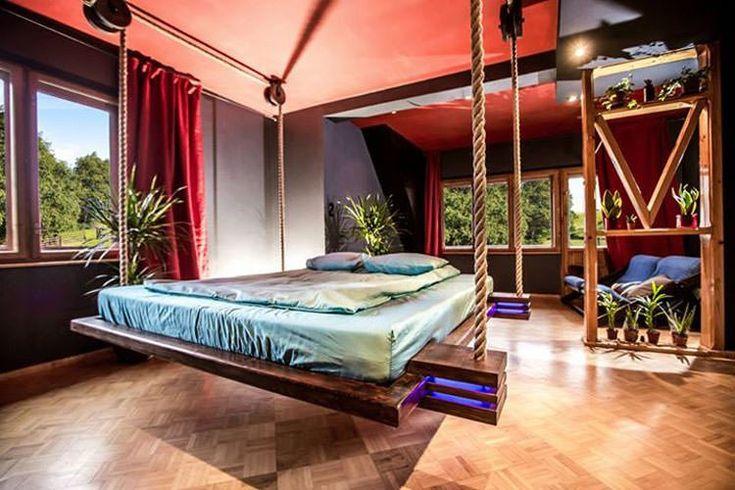 an Seilen hängendes Bett mit blauer Beleuchtung