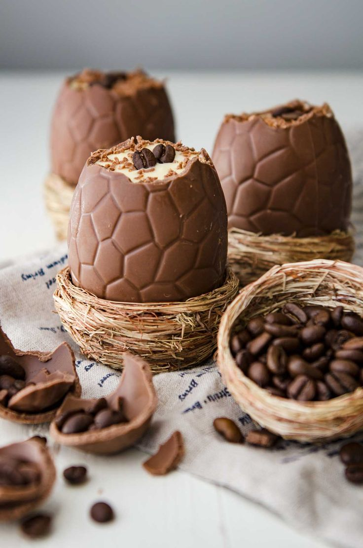 Serve these tiramisu filled easter eggs as the perfect easter lunch dessert! It's festive, delicious, portion controlled, and its Tiramisu... in an egg! Пасха
