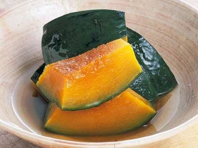 柳原 一成さんの「かぼちゃの煮物」のレシピページです。数あるかぼちゃレシピの中でも、定番中の定番!どんな世代にも不動の人気を誇る「かぼちゃの煮物」。火加減に注意して、ホクホクの煮上がりを目指しましょう。 材料: 西洋かぼちゃ、だし、砂糖、うす口しょうゆ、酒