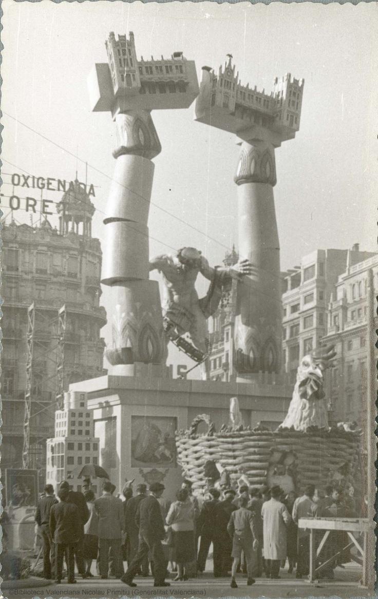 Falla con Sansón derribando las columnas con la Estación del Norte en el dintel en la plaza del Ayuntamiento, 1956