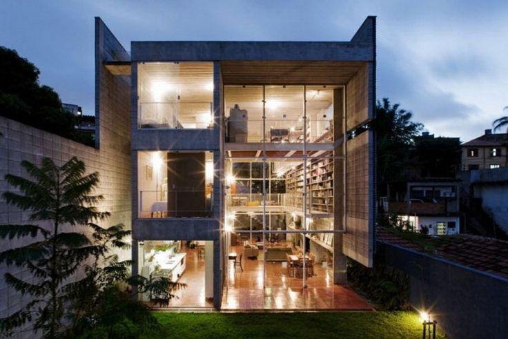 Un open space sviluppato su tre piani, dominato da un'immensa libreria che contiene 7500 volumi. E' un piccolo capolavoro di architettura moderna realizzato dallo studio di architettura GrupoSP Design nella periferia di San Paolo, in Brasile. L'abitazione, 585 mq, è il sogno di tutti gli amanti dell…