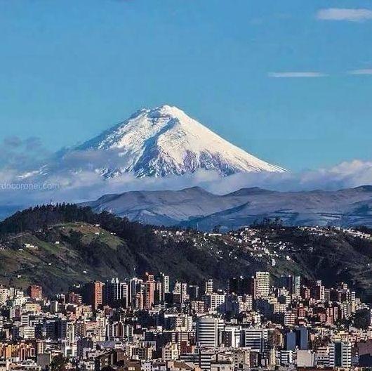 QUITO, la capital del ECUADOR y al fondo el volcán activo ...