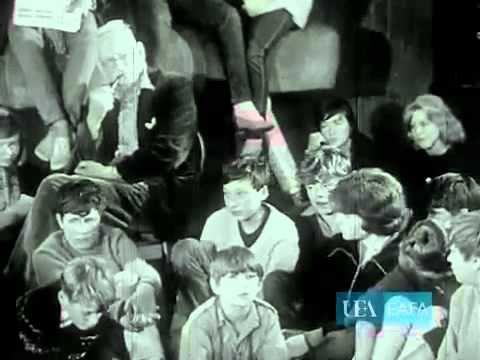 """Documental """"Here and Now"""" (1964) sobre la escuela Summerhill, incluye fragmentos de entrevista a su fundador, A. S. Neill"""