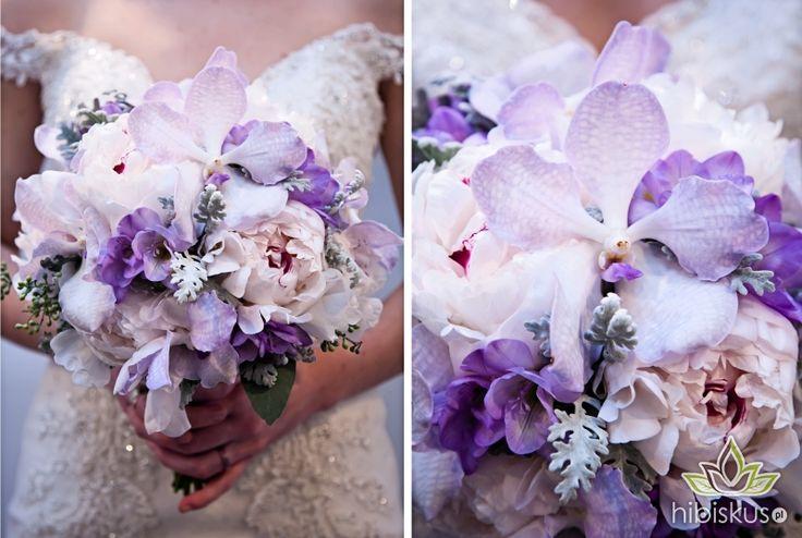 Absolutely beautiful combination of white peony with light lila Wanda orchid. There are also light purple fresia flowers and gray eukaliptus leafs. #wonderfulwedding #Wanda  #orchid #bukietslubny #hibiskus.pl #flowers #kwiaty #wedding #flower #kwiatki #bride