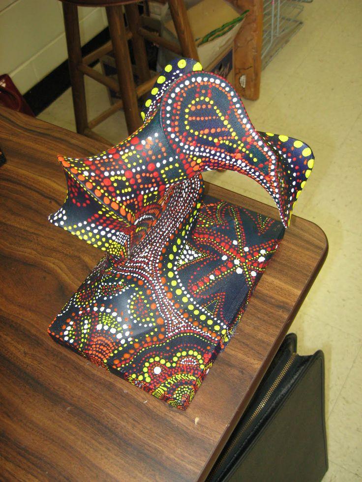 Voorbeeld werkstuk: een frame van ijzerdraad met daaroverheen een pantykous, geverfd met Gesso en plakkaatverf en een versiering d.m.v. pointilleren.