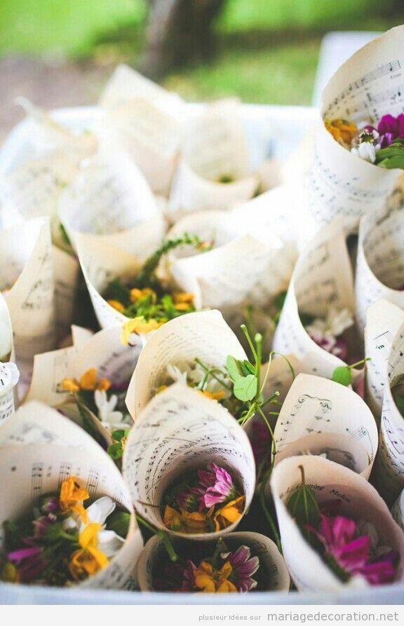 Idée original mariage pas cher, cornet en papier de partition plein de fleurs