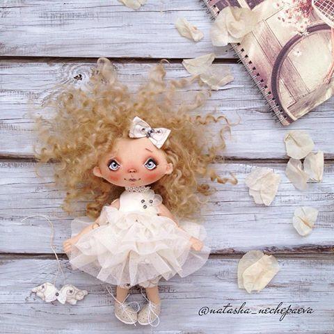 С добрый утром, вас, мои замечательные ☀️!!! С первым днём осени!!! С Днём знаний!!! С сотым пирожочком !!! Столько праздников в одном дне, что с ума сойти от счастья можно ... Успехов и здоровья - нашим деткам, нам - терпения, мне - вдохновения ... #куклынечепаевойнаташи#текстильнаякукла#авторскаякукла#интерьернаякукла#коллекционнаякукла#куклаизткани#куклавподарок#кукласвоимируками#ручнаяработа#подарок#екатеринбург#doll#dolls#artdoll#dollartistry#instadoll#artdoll#art#идеяподарка...