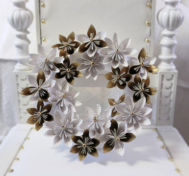 Kusudama flower wreath in gold & white  Kusudamakrans i vitt och guldfärgat omslagspapper