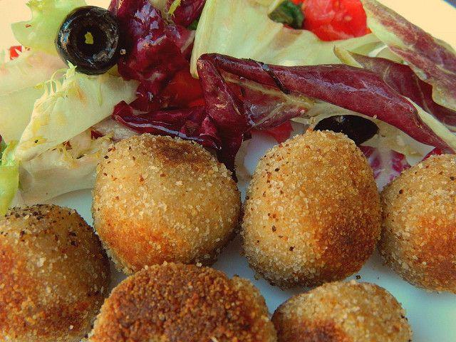 Le polpette di tonno e patate Bimby sono un secondo o un antipasto. Possono diventare un piatto unico, basta aggiungere un contorno di verdure al vapore.