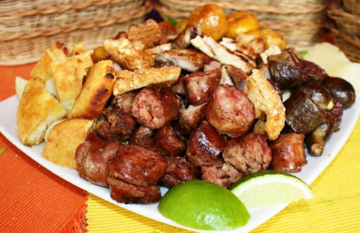 """Picada de """"fritanga"""" Bogotana, sobresalen la costilla con embutidos como la morcilla, los chorizos, la longaniza, pero también los chicharrones, todo acompañado de papa criolla, fritos de platano maduro y arepas de la región."""