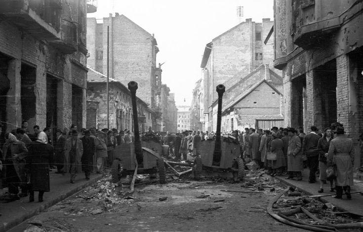 Práter utca a József körút felé nézve. 85 mm-es páncéltörő ágyúk a Futó utcai kereszteződésnél.
