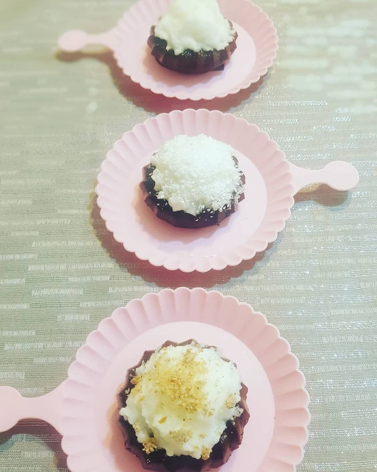 DUKAN PUF 🤗 Bakmaya doyamadigim gunlerdir canımın çektiği puf 'larım 💖 🍩dün yapmış olduğum biskuviler 🍩 uzerine hindistan cevizli marshmallow yaptım MARSHMALLOW TARIF; 💭 2 yumurta beyazı kar gibi olana kadar çırpıyoruz. 💭 ufak bir tencerede 2,5 yemek kaşığı tatlandırıcıyı 1,5 yemek kasigina yakin su ile karistiyoruz 💭 kaynamaya baslayinca 1 tatli kasığı toz jelatin ekliyoruz. 💭 cirpmis oldugumuz yumurtalarin uzerine sicakken yavasca dokerek cirpmaya devam ediyoruz. 💭 2,3 damla…