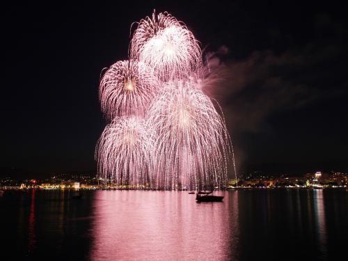 Cannes Festival d'Art Pyrotechnique: Reflets sur la Méditerrannée - France-Voyage.com