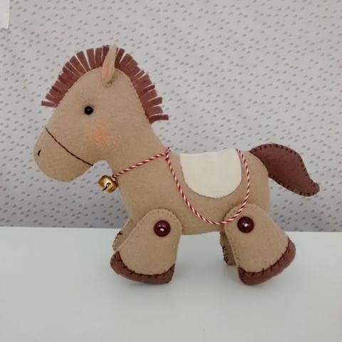 Cavalinho!!!     Bom dia gente...  #feltro #felt #sew  #sewing  #cavalo #horse #campo #ateliê #work  #trabalhando #decoração #decor #decoracãodebebê #decoraçãodeinteriores #decoraçãodefesta #hadmade #feitocomamor #feitoamão #marrom