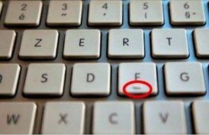 Viete prečo sú vôbec malé drážky na klávesnici pod písmenkami F a J?