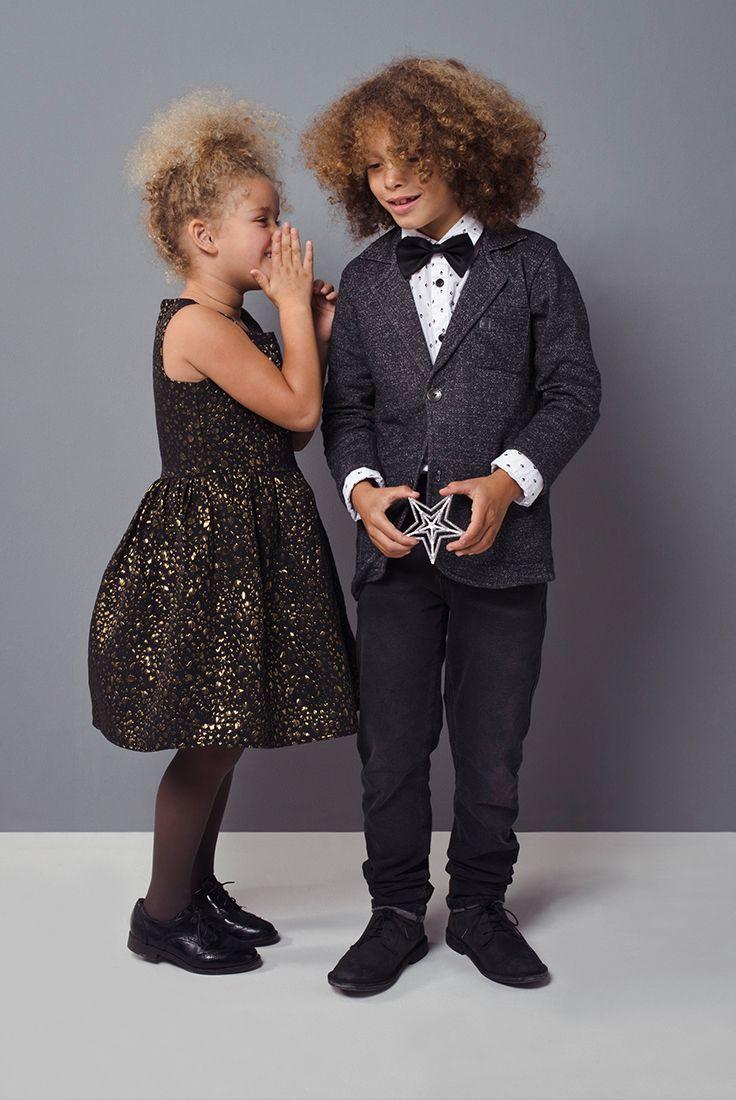 Psst, hoe vind je m'n mooie feestjurk? #kids #outfit #feest #jurk #goud #colbert #jongens #kleding #meisjes #vlinderstrik #strik #party #fashion #kerst