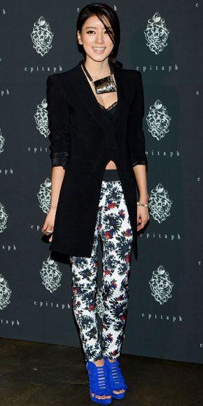 CHOI YOON-SO    Un blazer negro es una opción segura para acompañar un pantalón estampado. Ahora bien, los zapatos que escojas nunca deben competir con el pantalón. En el caso de la actriz coreana, sus zapatillas son demasiado llamativas, por lo que desentonan con el resto del atuendo.