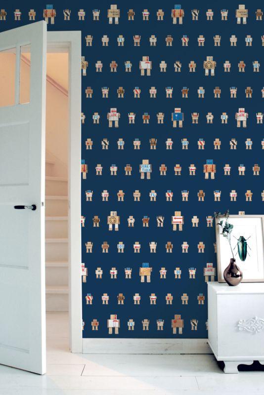 Behang Rijkswachters klein donkerblauw Deze stoere robots zijn gemaakt van de houten transportkisten waar de kunstschatten van het Rijksmuseum in hebben gezeten tijdens de verbouwing. Dit stoere donkerblauwe robot behang is erg leuk voor de babykamer of kinderkamer. 1 rol bestaat uit 2 behangbanen.  Premium Quality 165 grams Vliesbehang. Full color met supermatte uitstraling. Zeer eenvoudig direct op de muur aan te brengen.  Afmetingen: 97,4 x 280 cm (b x h), een rol bestaat uit twee banen…