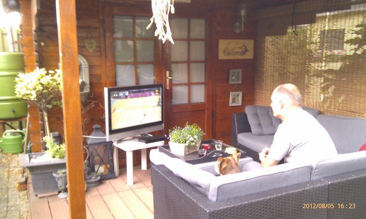 tv kijken in de tuin