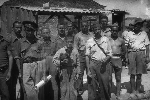 GUERRA CIVIL ESPAÑOLA: ZONA REPUBLICANA. Madrid. Un grupo de milicianos posan para la cámara en el barrio de Carabanchel. (Sin fecha, hacia agosto de 1936). EFE