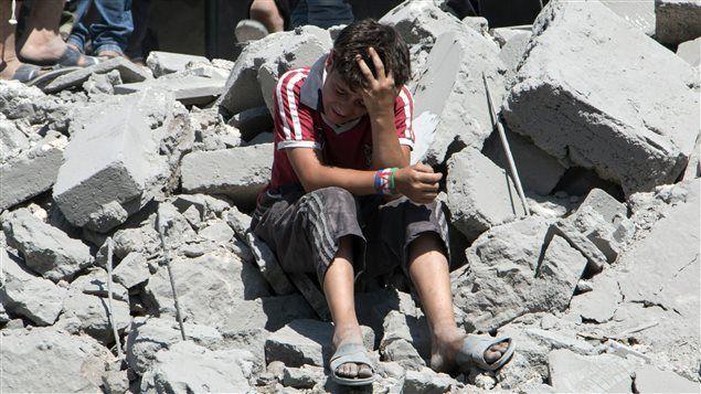 Les Syriens continuent de fuir massivement leur pays en ruines et les combats qui opposent le régime de Bachar Al-Assad aux rebelles et au groupe armé État islamique (EI). Le conflit dépasse maintenant le Moyen-Orient, avec des centaines de milliers de migrants qui se pressent aux portes de l'Europe.