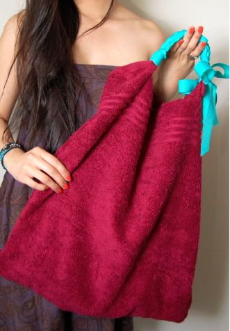 DIY beach bag from a towel love this, you just shake it out n throw it in the wash!