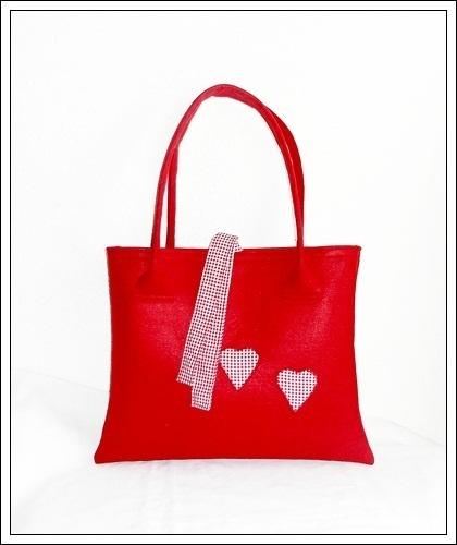 Die geräumige Schultertasche / Shopper besteht aus 3 mm starken roten Filz. Auf der Vorderseite befinden sich zwei Herzchen aus rot-weiß karierten ...