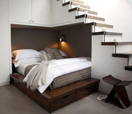 Daripada bawahnya dijadikan tempat sampah, para desainer ini menempatkan tempat tidur berukuran sedang di sudut bawah tangga, lengkap dengan lampu baca.