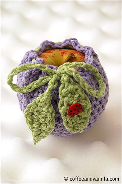 Crochet apple cosy with leaf string. Great tutorial by Coffee & Vanilla. thanks so for share xox☆ ★   https://www.pinterest.com/peacefuldoves/