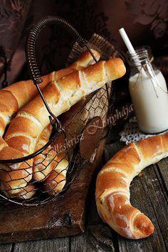 """Hungarian """"kifli""""   Vizes kifli:  Hozzávalók 8 kiflihez: kb. 55-60 dkg liszt, kb. 1,5 dl meleg víz, 2,5 dkg friss élesztő, 2 kanál tejföl, 1 kanál olaj, 1 csapott evőkanál só, 1 kávéskanál cukor, 2 kanál burgonyapehely."""